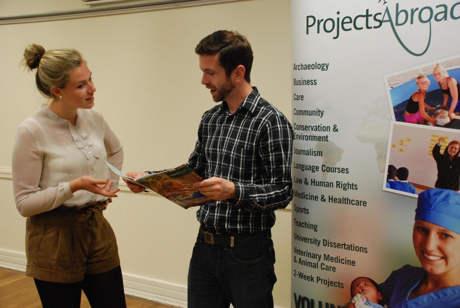 Projects Abroad Mitarbeiter/innen des Rekrutierungs-Teams veranstalten einen Tag der offenen Tür